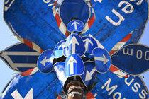 Skulptur aus blauen Verkehrsschilder  by Willy Matheisl