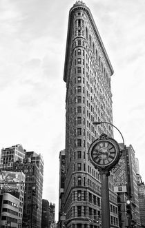 Flat Iron Building mit Uhr, New York Manhattan by Marc Mielzarjewicz