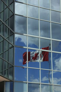 kanadische Flagge spiegelt sich in Hochhausfassade by Willy Matheisl