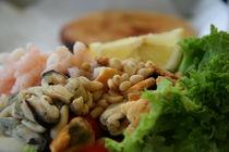 Seafood salad, lemon and brad von Vsevolod Zelikov