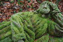 Bemooste Steinfigur von Thomas Peter