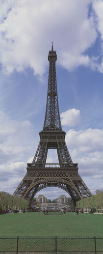 Low angle view of a tower, Eiffel Tower, Paris, Ille-De-France, France von Panoramic Images
