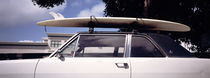 USA, California, Surf board on roof of car von Panoramic Images