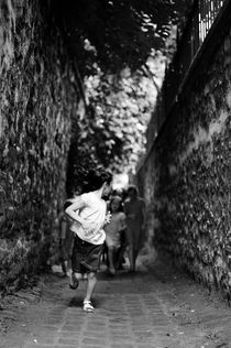 Paris-the-little-girl-running-passage-black-and-white