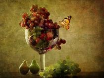 Gartentrauben in Schale mit Birnen und Schmetterling by Franziska Rullert