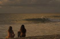 Junge Zuschauer am Strand von Pipeline auf Oahu von Andy Fox