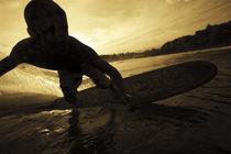 Ein Surfer im Abendlicht von Roca Sunzal von Andy Fox