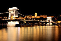 Chain-bridge-by-night