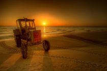Traktor sunrise II by photoart-hartmann