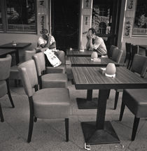 Two menn at a cafe: Berlin von Ron Greer