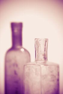 Alte Flaschen violett by dresdner
