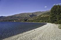 Lake's pebbly beach by michal gabriel