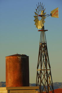 29 Palms, California, USA Desert, Windmill, water pump, power of the wind, rich color, late afternoon sunlight, von Brian  Leng