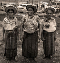Three women in Atitlan von RicardMN Photography