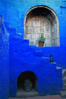 Staircase in blue courtyard von RicardMN Photography