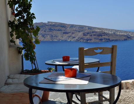 Scenic-cafe-overlooking-caldera