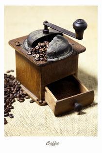 Kaffeemühle mit Kaffeebohnen Bild - Caffee by Falko Follert