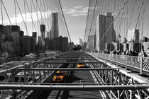 Cabs on Brooklyn Bridge von winterimages
