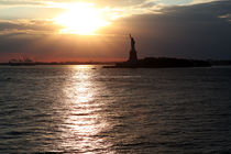 Sunset at Statue of Liberty von winterimages