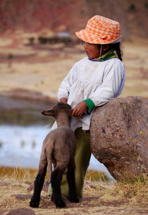 Sillustani Girl with hat and lamb von RicardMN Photography