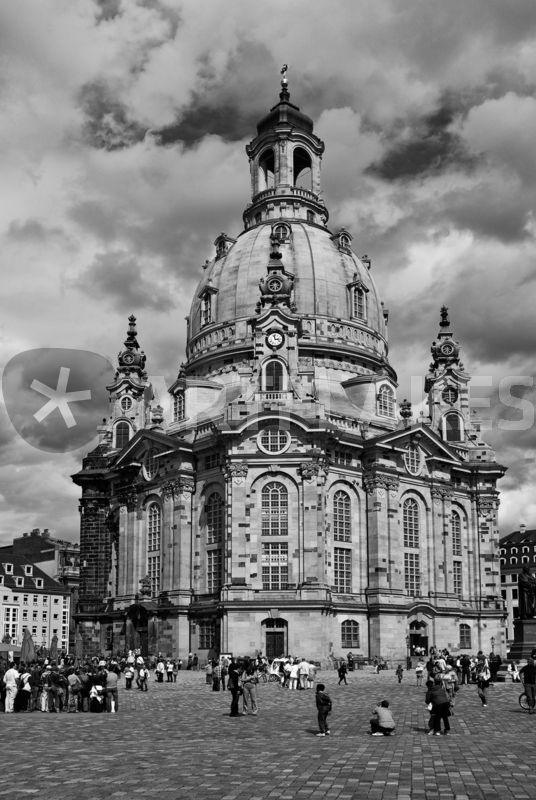 frauenkirche dresden schwarz weiss fotografie als poster und kunstdruck von j rg hoffmann. Black Bedroom Furniture Sets. Home Design Ideas