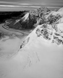 Aerial view of Mount McKinley and Alaska Range peaks von Danita Delimont
