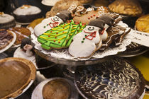 Christmas cookies on display in a New York city bakery von Danita Delimont