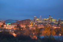 Calgary: City Skyline from Ramsay Area / Evening with Saddledome von Danita Delimont