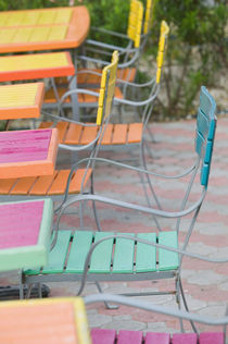 Palm Beach: Colorful Cafe Tables & Chairs von Danita Delimont