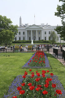 The North side of the White House with tourists looking through the fence on Pennsylvania Avenue von Danita Delimont