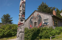 Totem pole and tourist shop von Danita Delimont