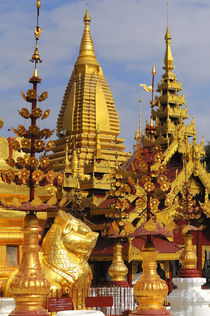 The Shwe Zigon Pagoda complex in Bagan von Danita Delimont