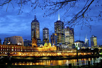 A nighttime view of the lights and buildings around the river running through downtown Melbourne von Danita Delimont
