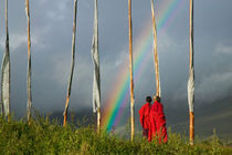 Rainbow over two monks with praying flags in the Phobjikha Valley (MR) von Danita Delimont