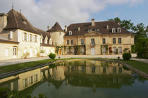 The main chateau building with its tower and a pond showing a reflection Chateau Bouscaut Cru Classe Cadaujac Graves Pessac Leognan Bordeaux Gironde Aquitaine France von Danita Delimont
