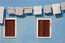 Hanging laundry and windows along blue wall von Danita Delimont