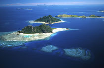 Mamanuca Islands (front left to distant right) Fiji - aerial von Danita Delimont