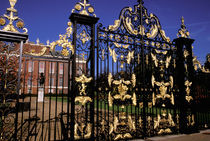 Gilded gate outside of Kensington Palace von Danita Delimont