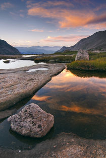 Sunrise in Glacier Gorge on a peaceful mountain pond von Danita Delimont