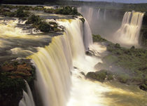 Towering Igwacu Falls thunders into the Igwacu River von Danita Delimont