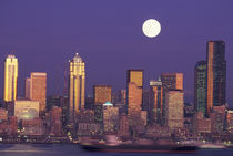 Seattle Seattle skyline with full moon von Danita Delimont
