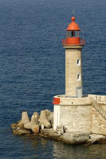 Port lighthouse guards entrance to harbor von Danita Delimont