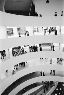 New York City: The Guggenheim Museum Crowded Gallery View von Danita Delimont