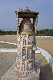 A monument on the site of a Portuguese fort used to ship millions of slaves off to colonies von Danita Delimont