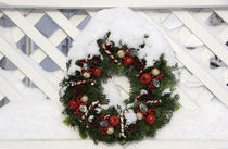 Christmas wreath on fence von Danita Delimont