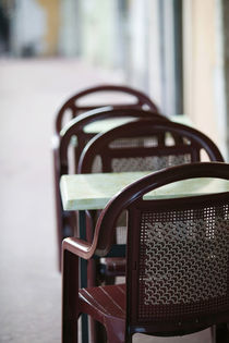 ANNECY: Cafe Table & Chairs along Canal de Thiou Old Town / Daytime von Danita Delimont