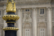 Ornate gilded lamp pole in palace courtyard von Danita Delimont