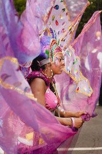 Purple Lady at the Notting Hill Carnival. von Tom Hanslien