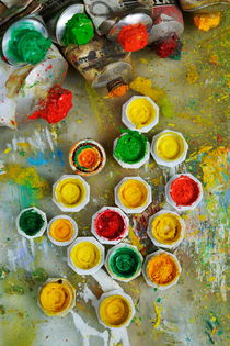 Bunch of opened paint tubes on palette von Sami Sarkis Photography