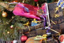 Gift wrapped presents under Christmas tree von Sami Sarkis Photography